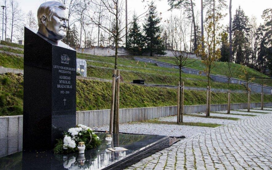 Adolfą Ramanauską-Vanagą palaidos šalia Brazausko