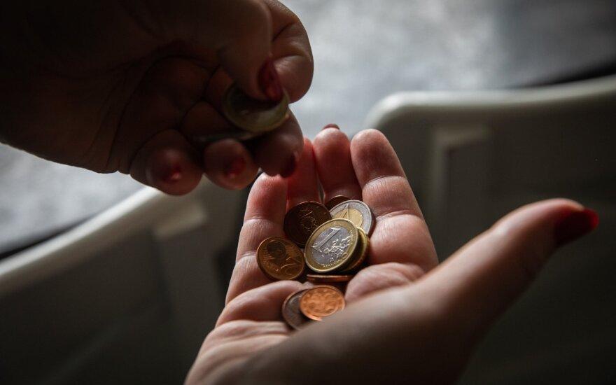 Iš darbo dažniau atleidžiami vyresni žmonės, auga uždirbančių minimalią algą skaičius