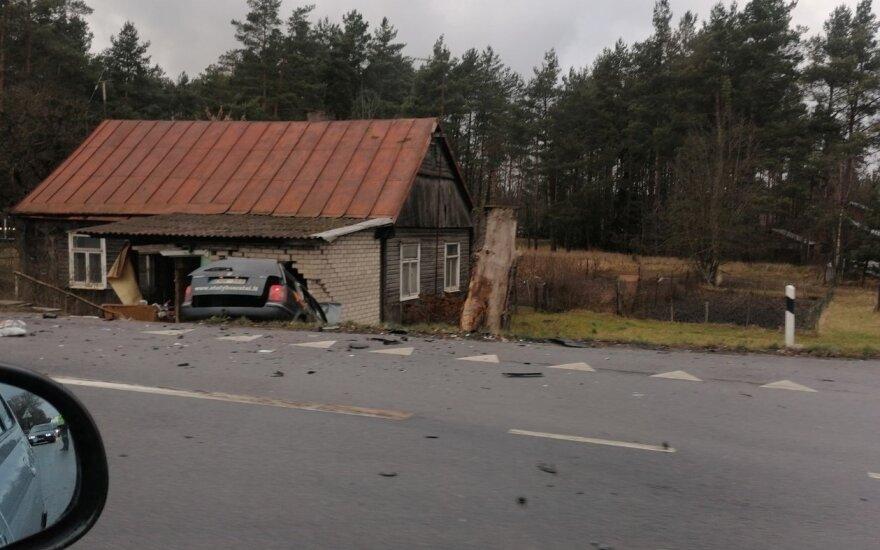 """Avarija Kauno rajone: po susidūrimo """"VW Passat"""" rėžėsi į namą ir sugriovė sieną"""