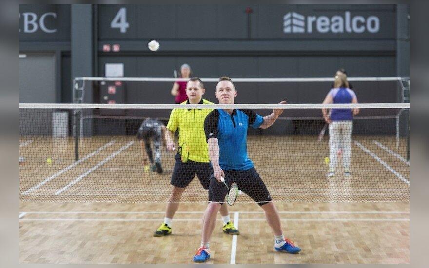 Žaidžiamas badmintonas