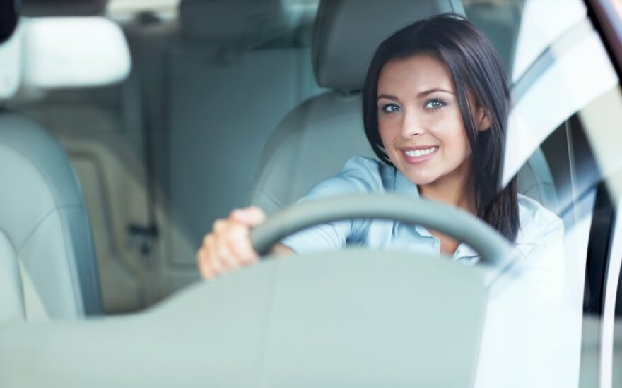 """Kontrolierė: """"Lietuvos draudimo"""" reklama skatina stereotipus apie vairuojančias moteris"""