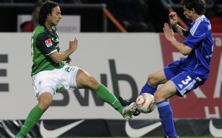 """Arne Friedrichas (""""Wolfsburg"""", dešinėje) ir Claudio Pizarro"""