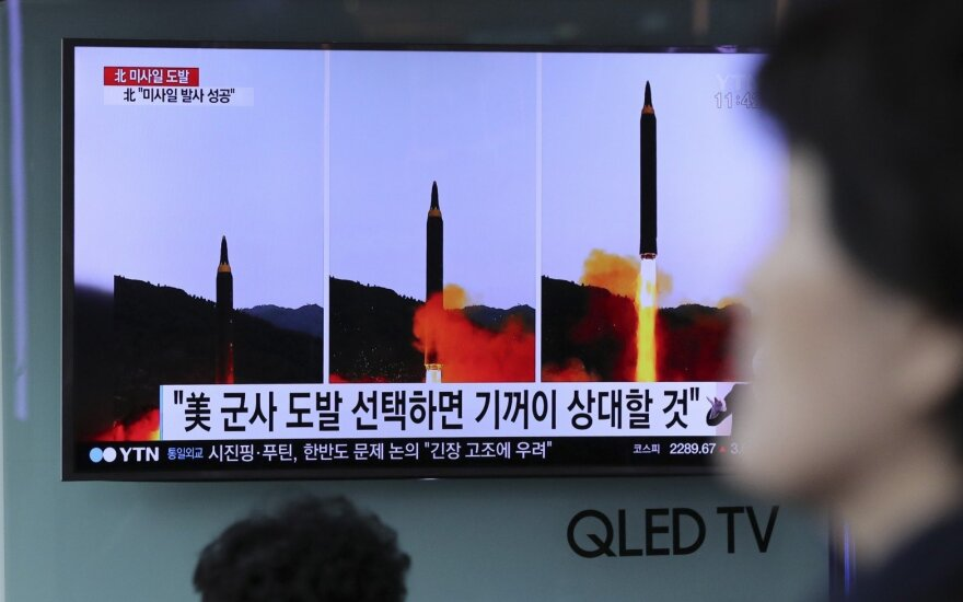 Naujosios Šiaurės Korėjos raketos kūrėjai Pchenjane pasveikinti kaip didvyriai