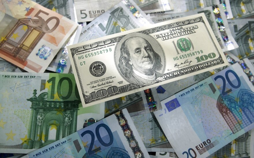 JAV dolerio kursas stabilizavosi euro atžvilgiu
