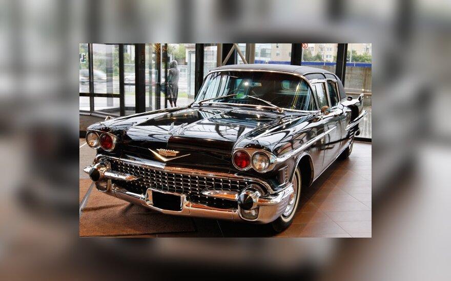 """Parodoje – senovinių """"Cadillac"""" automobilių ir BMW motociklų žavesys"""