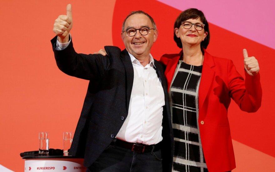Vokietijos valdančiosios koalicijos partneriai socialdemokratai šeštadienį naujaisiais savo lyderiais išsirinko kairiajam sparnui priklausančius Norbertą Walterį-Borjansąm ir Saskią Esken