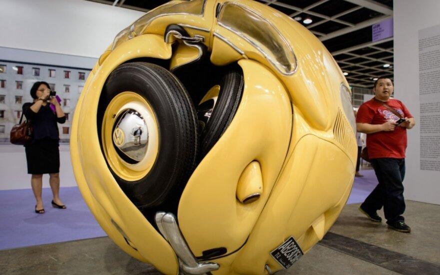 Į rutulį susuktas Volkswagen Beetle