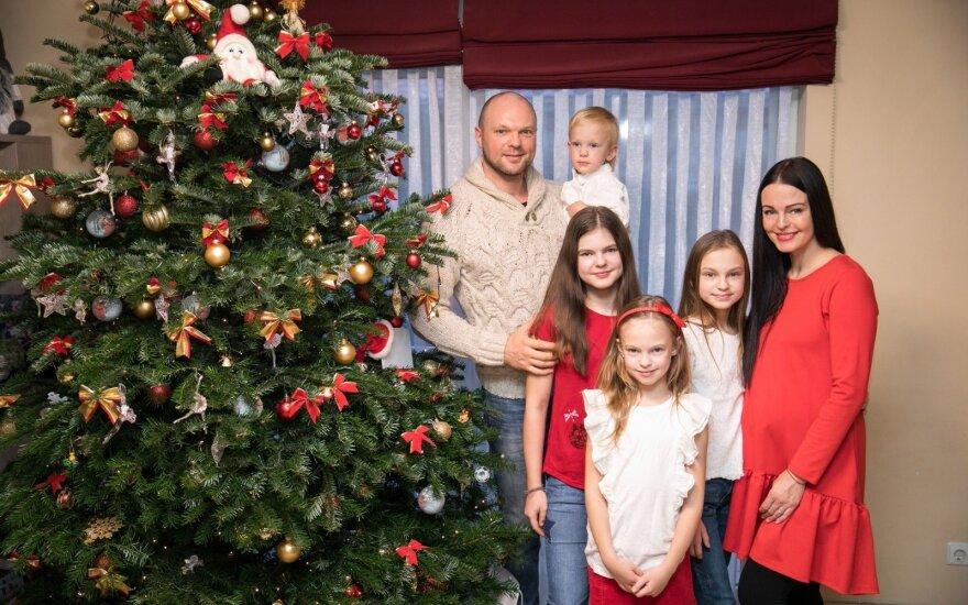 Penktojo vaikelio laukiantys Krivickai atvėrė namų duris: ant karališkos eglutės – tūkstančius kainuojančios dekoracijos