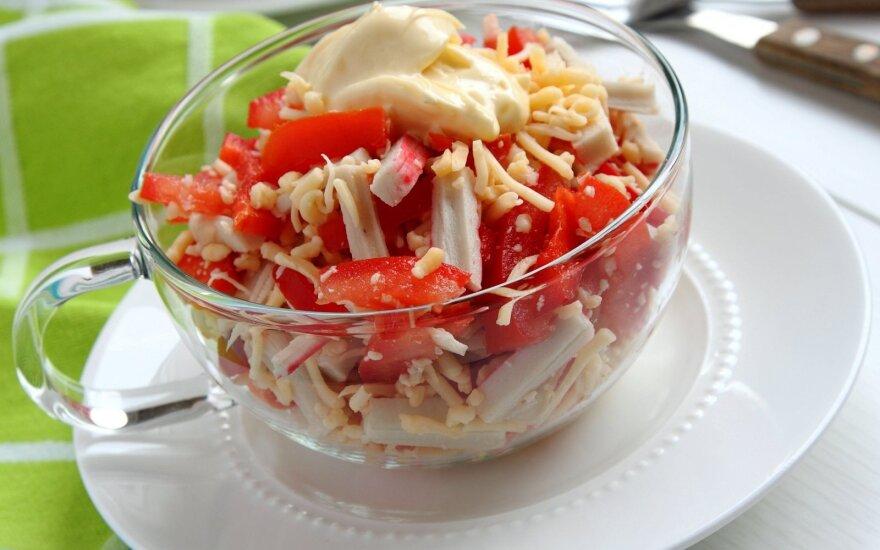 Krabų salotos su sūriu ir paprika