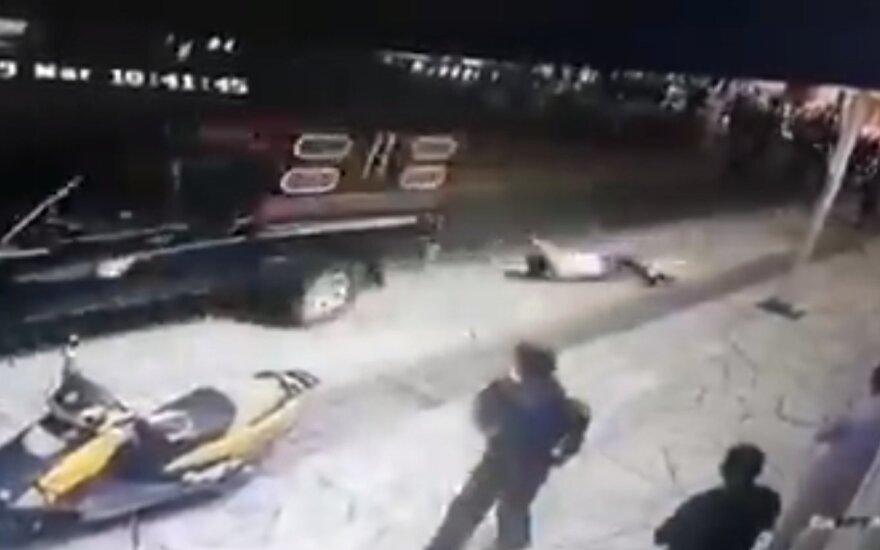 Pasipiktinusi minia merą pririšo prie automobilio ir tampė miesto gatvėmis