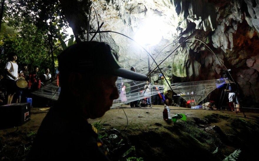 Tailando gelbėtojai įkūrė bazę giliai urve, kur ieškoma dingusių vaikų