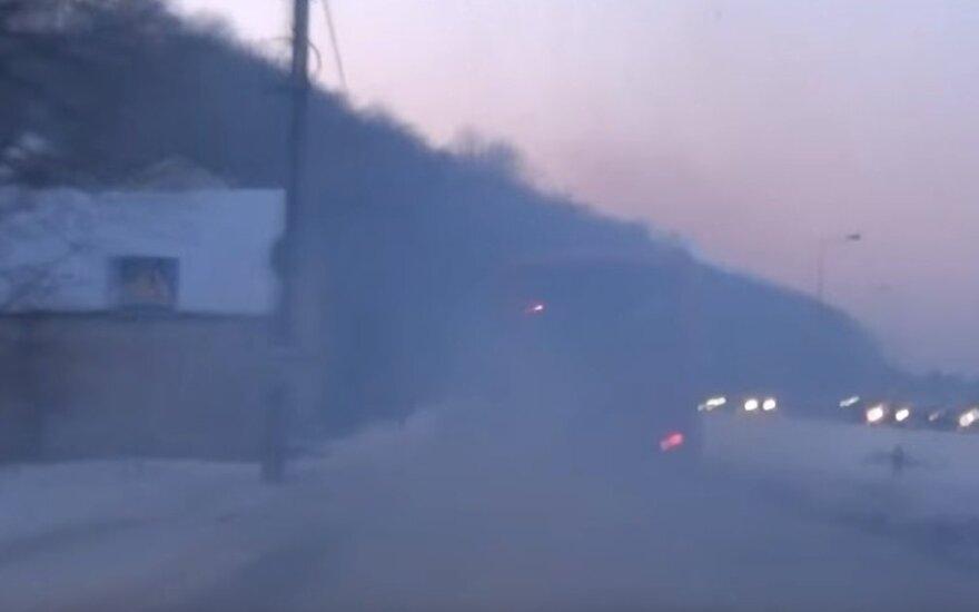 Pasipiktinęs skaitytojas nufilmavo dūmais rūkstantį Kauno autobusą