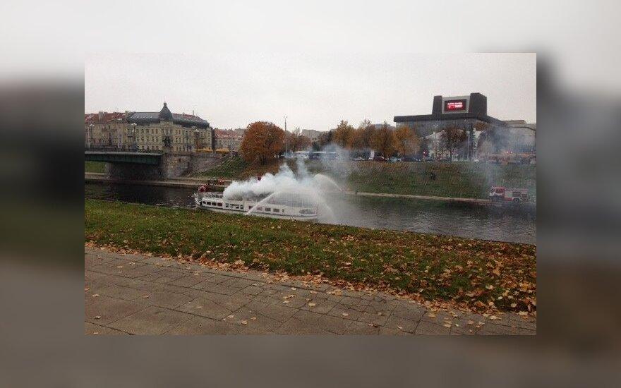 Vilniečius šokiravęs vaizdas - dūmuose paskendęs laivas Neryje