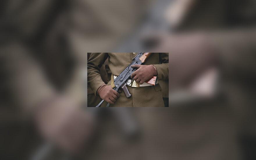 Karys su ginklu