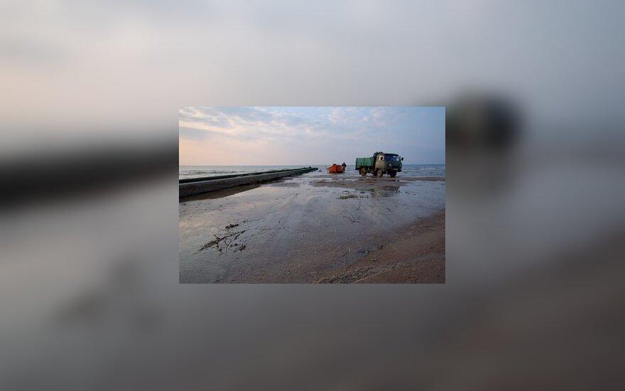 Žvejų milijonus stumia nuo paplūdimio