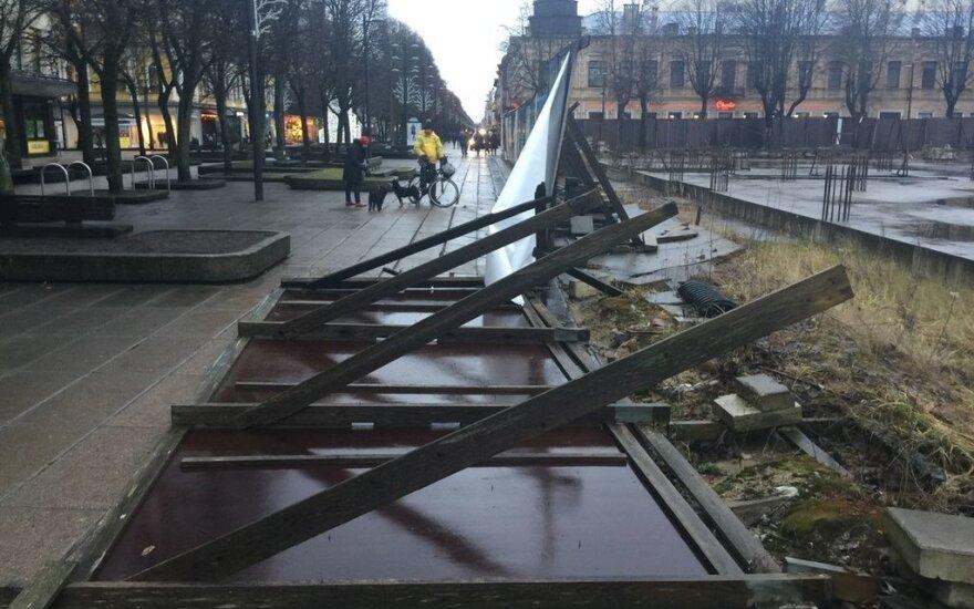 Įspėjimas kauniečiams: nuo stipraus vėjo pradėjo griūti prekybos centro tvora