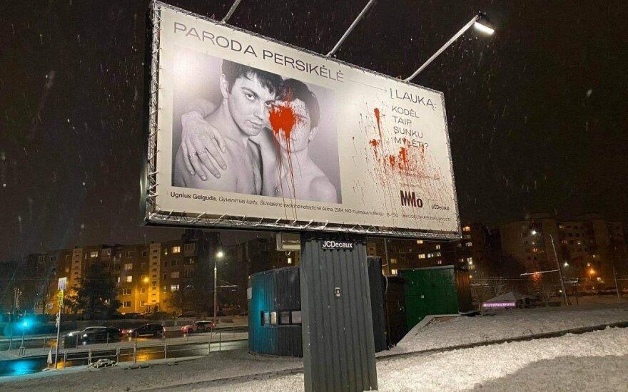 """MO muziejaus į lauką perkeltos parodos """"Kodėl taip sunku mylėti?"""" vienas iš plakatų buvo sugadintas"""