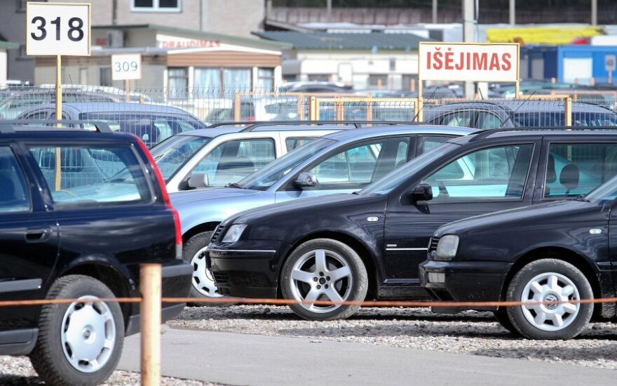 Baltarusiai skuba išsivežti įsigytus automobilius
