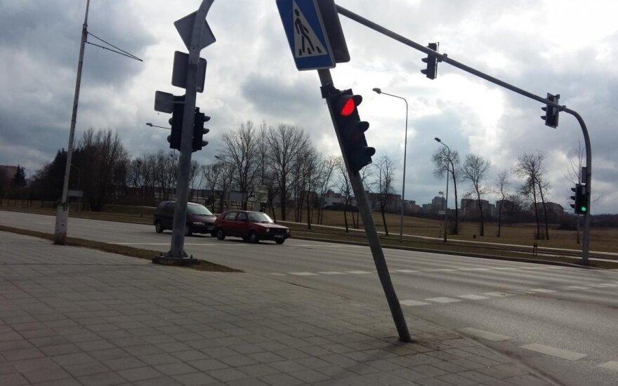 Girta dvidešimtmetė vogtu automobiliu trenkėsi į šviesoforą