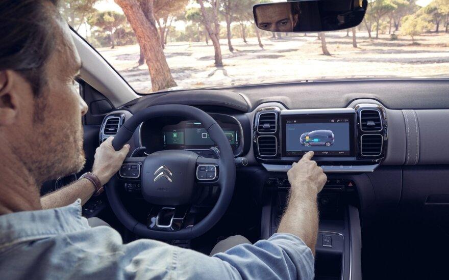 Vairuotojui patogu pasiekti valdymo prietaisus