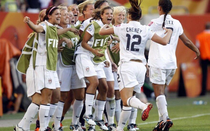 JAV futbolininkės sveikina Lauren Cheney