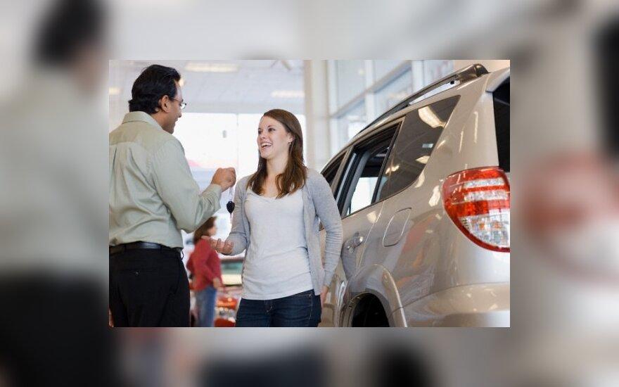 Automobilių pardavėjai JAV pradeda atsitiesti