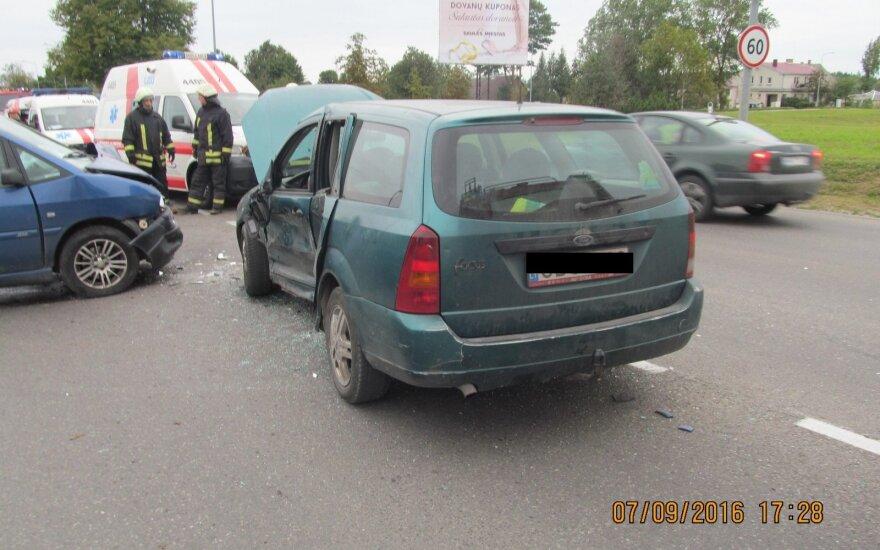 Po avarijos Šiauliuose iš automobilio sužalotą žmogų iškėlė ugniagesiai