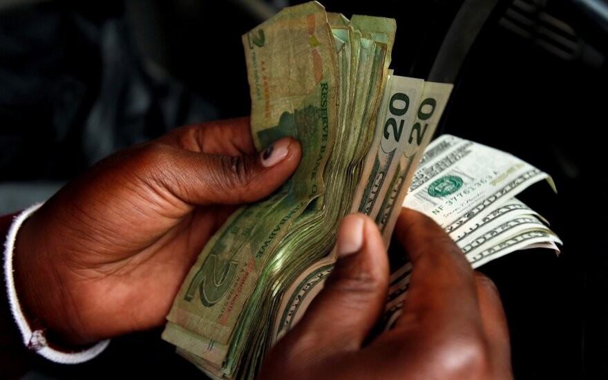 Emigrantų pinigai nebepasiekia namų: kyla 690 mlrd. dolerių perlaidų rizika