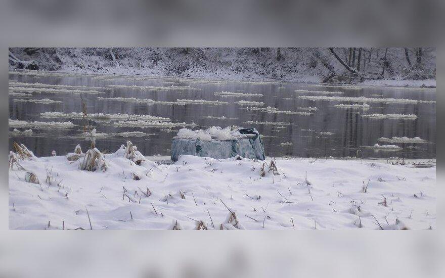 Upe plukdytą krovinį kontrabandininkai maskavo kalkėmis