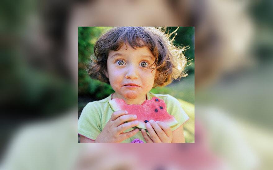 Mergaitė valgo arbūzą, vaikystė
