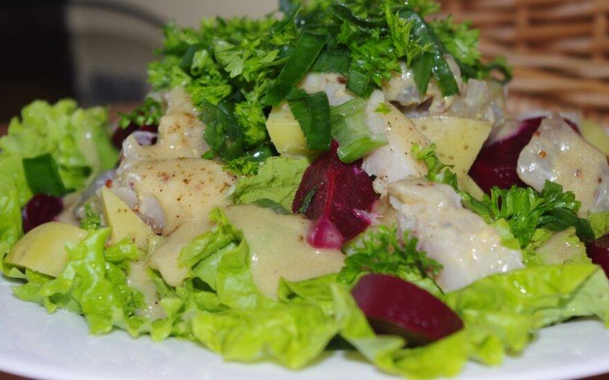 Silkės ir burokėlių salotos su garstyčių padažu
