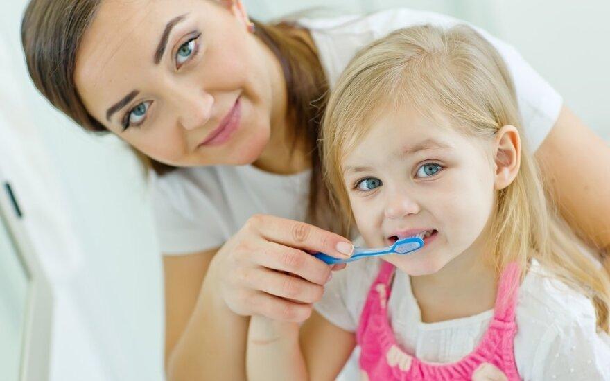 Odontologė: vaikai nekalti, kad jiems iki penktos klasės dantis turi valyti tėvai