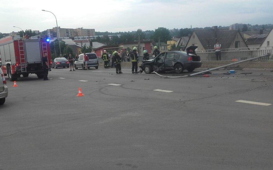 Kaune moters vairuojamas automobilis numušė apšvietimo stulpą