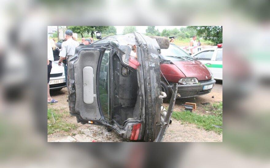 BMW nugriauti namo nepavyko, tai nors apdaužė du greta buvusius automobilius