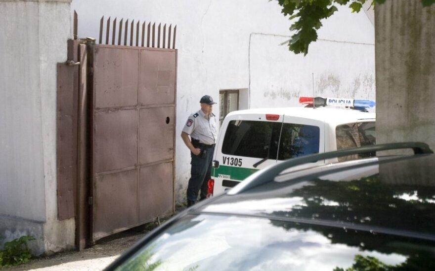 Ukmergės r. du areštuotieji vienas paskui kitą persidūrė šonus viela