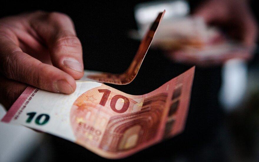 Vaikų uždirbtų pinigų siūloma nebeįtraukti į šeimos pajamas