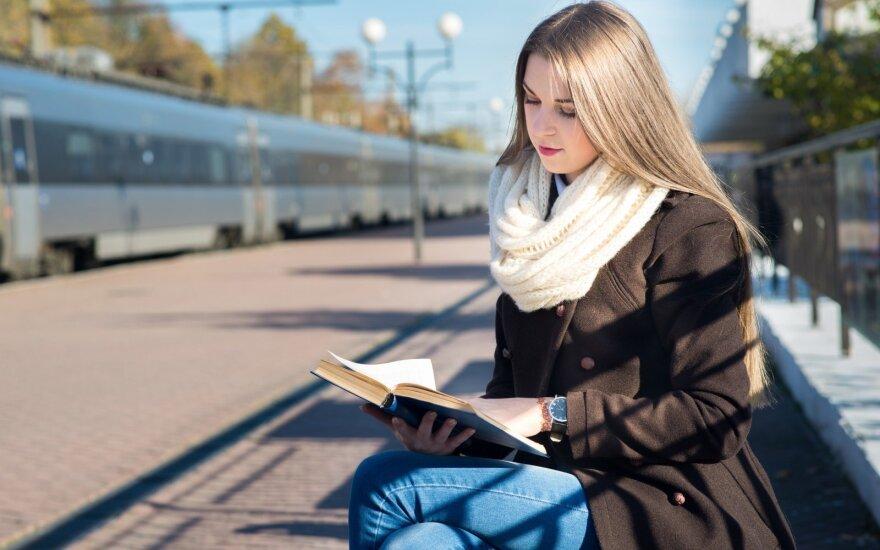 Kad kelionė traukiniu neprailgtų, keleiviams siūloma skaityti