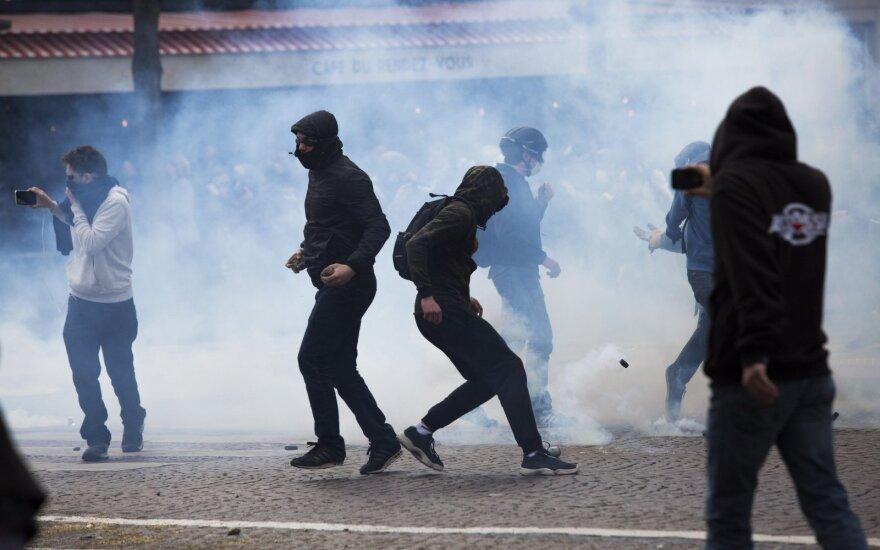 Paryžiaus policija prieš protestuotojus panaudojo ašarines dujas
