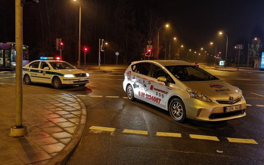 Vilniuje taksi automobilis perėjoje partrenkė du žmones