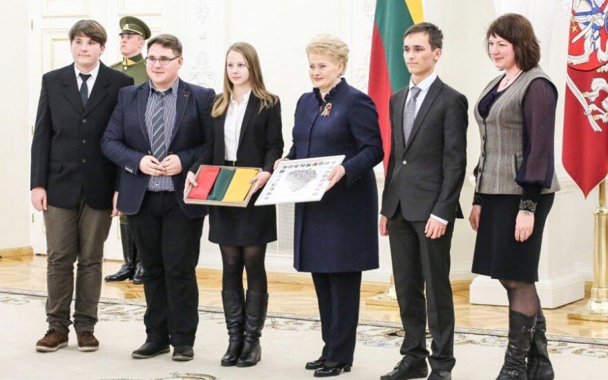 Dalia Grybauskaitė apdovanoja išradingiausiai Vasario 16-ąją šventusias bendruomenes