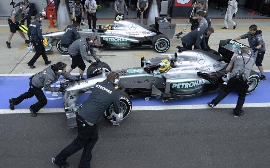 """Lewisas Hamiltonas, Nico Rosbergas ir """"Mercedes"""" komandos mechanikai"""