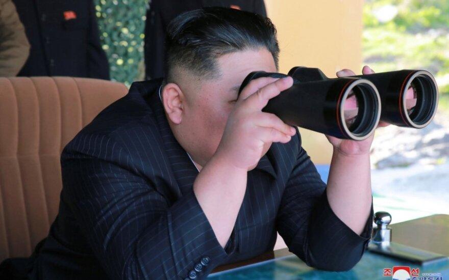 Kim Jong Unas stebi karines pratybas