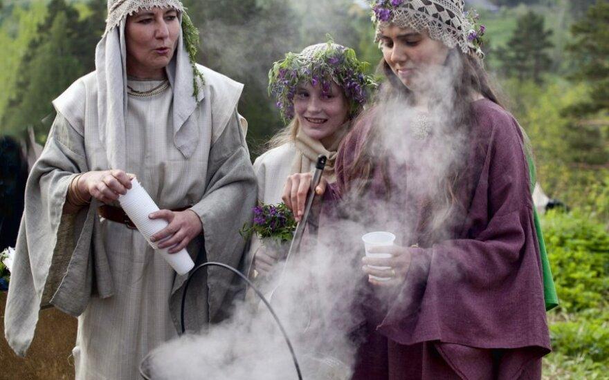 Meilės deivė Milda visus laimino ant Stirnių piliakalnio
