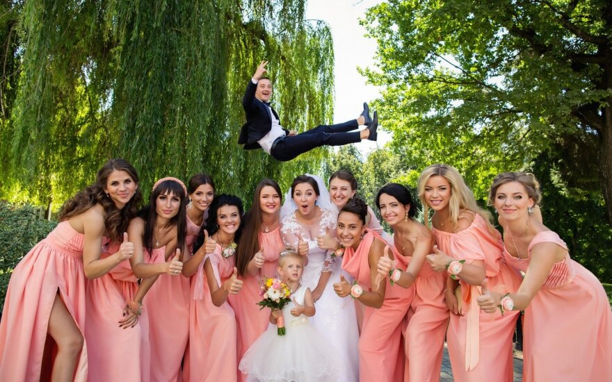 Vasaros vestuvių maratonas: kiek kainuoja būti svečiu?