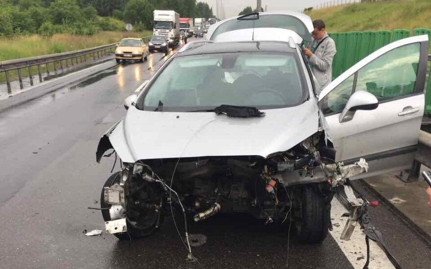 Dėl girto vairuotojo avarijos kelyje Kaunas-Vilnius susidarė spūstys