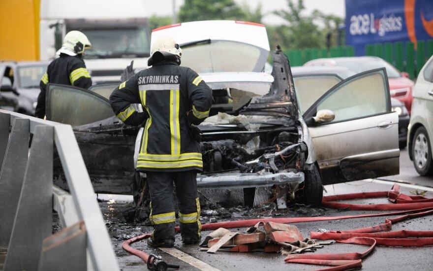 Vilniaus aplinkkelyje užsidegė automobilis, susidarė didžiulė spūstis