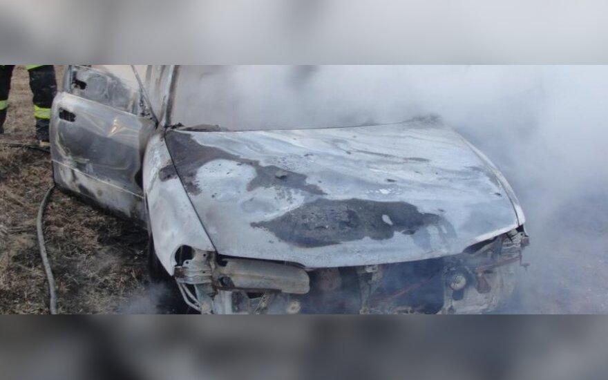 Vasario 16-ąją atšventusio telšiškio laukia staigmena: jam miegant bičiuliai sudegino automobilį