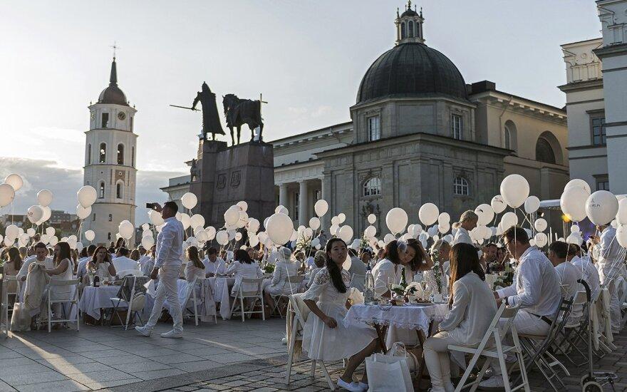 Festive atmosphere at the White Dinner in Vilnius Photo © Ludo Segers @ The Lithuania Tribune