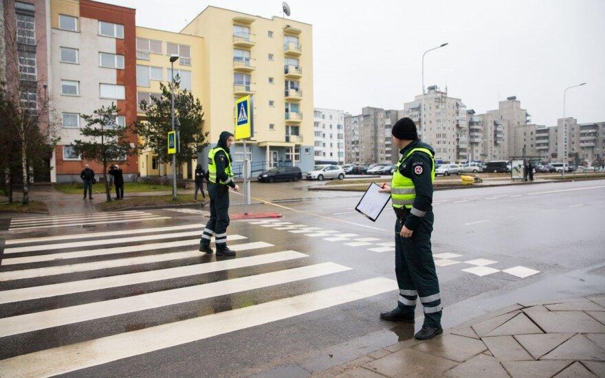 Kaune automobiliu važiavusi pareigūnė perėjoje sužalojo pėsčiąją