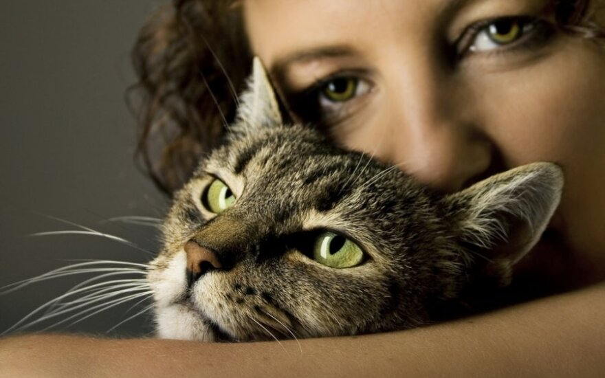 Moteris su katinu